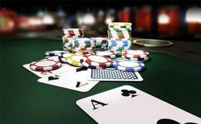 Spelmarker och spelkort på ett spelbord